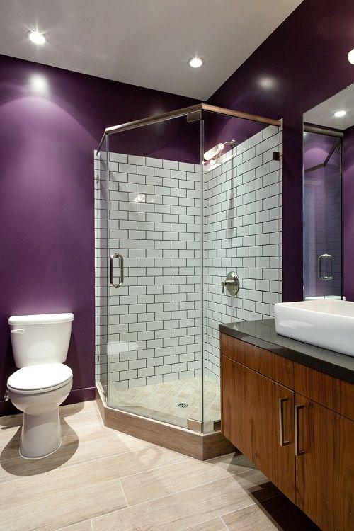 cabina de dus in baie moderna culoare perete mov