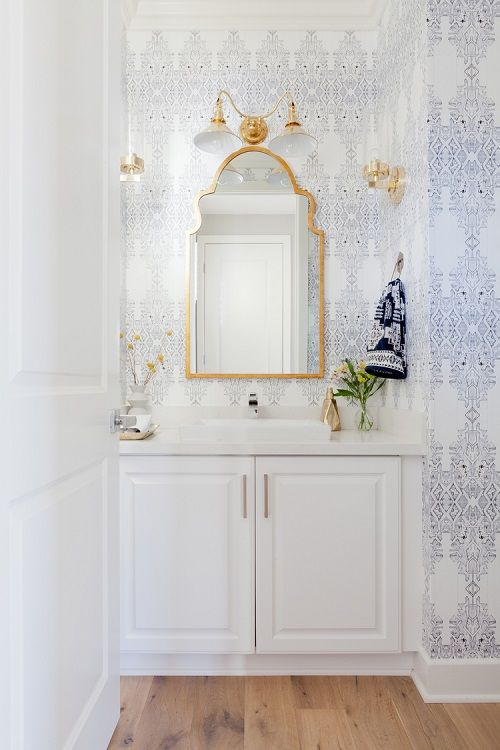 mobilier baie alb clasic elemnte aurite tapet baie