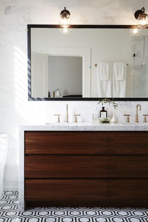mobilier baie clasic blat marmura robinete aurii oglinda mare