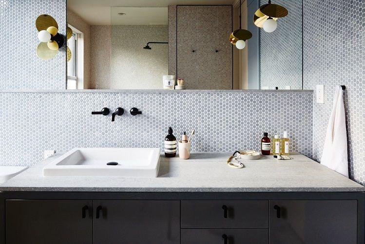 mobilier clasic chiuveta blat piatra mozaic in baie