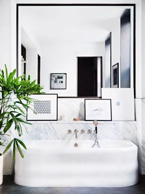 Cada alba in baie cu decor alb-negru