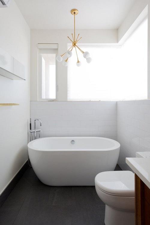 Vana alba in baie amenajata in alb si negru