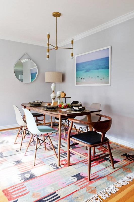 Amenajare sufragerie retro cu lustra si covor