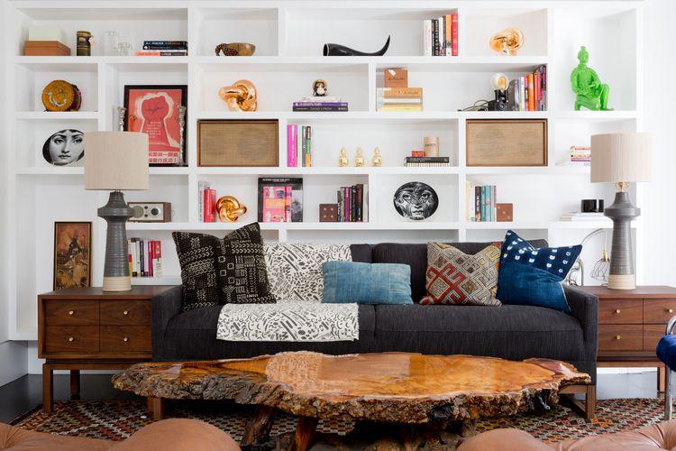 Living modern cu multe rafturi si masuta de lemn in centru