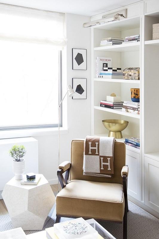 Living modern cu rafturi albe