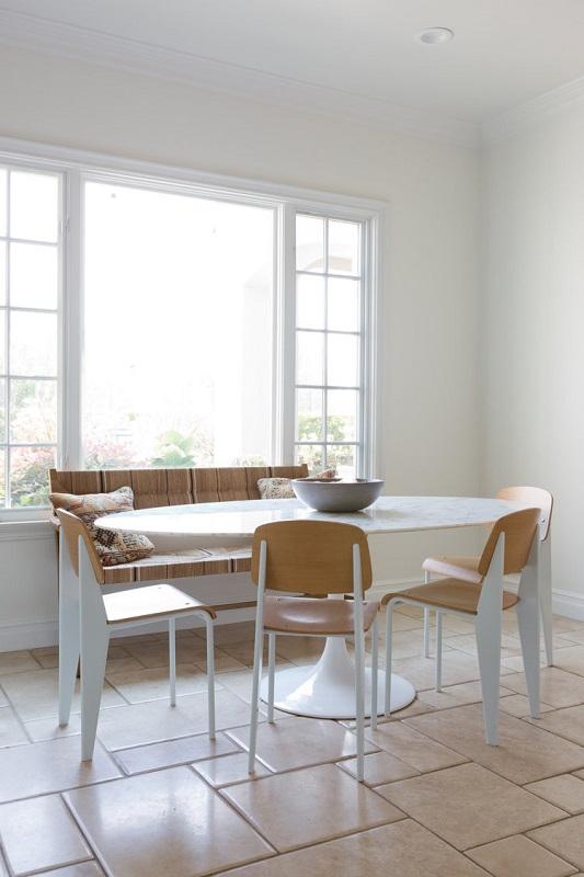 Sufragerie moderna bine iluminata langa geam