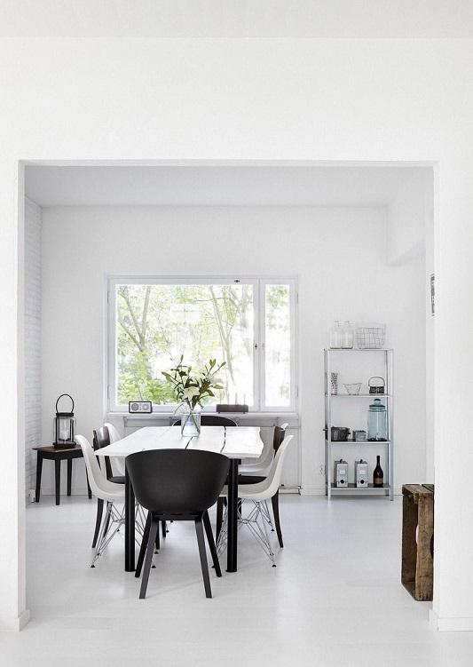 Sufragerie cu masa de lemn alba si scaune de plastic
