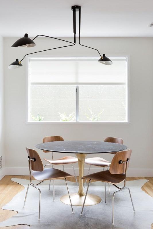 Sufragerie mica cu 4 locuri si lustra neagra