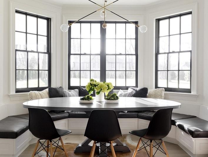 Sufragerie moderna cu scaune si lustra retro