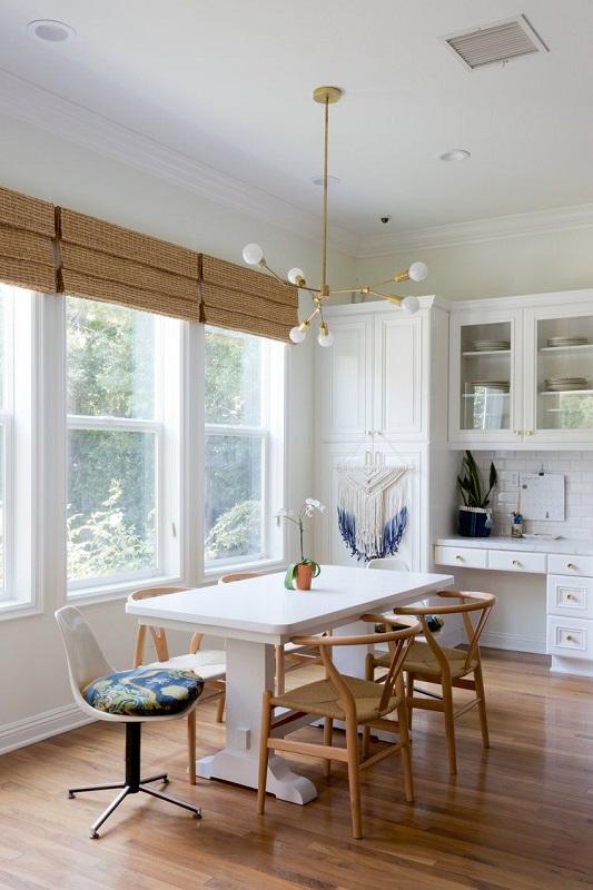 Amenajare sufragerie scaune lemn masa mare alba