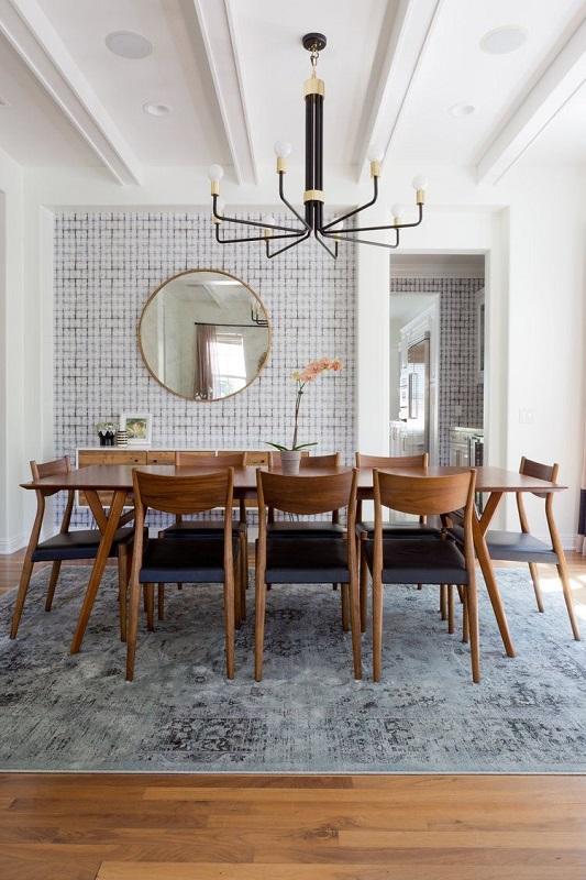 Sufragerie cu lustra si o masa mare de lemn
