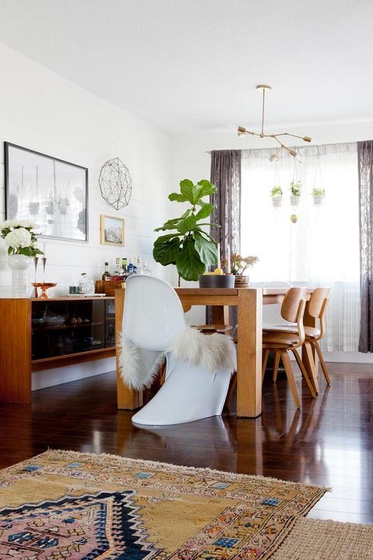 Amenajare sufragerie cu scaune retro si masa mare din lemn masiv