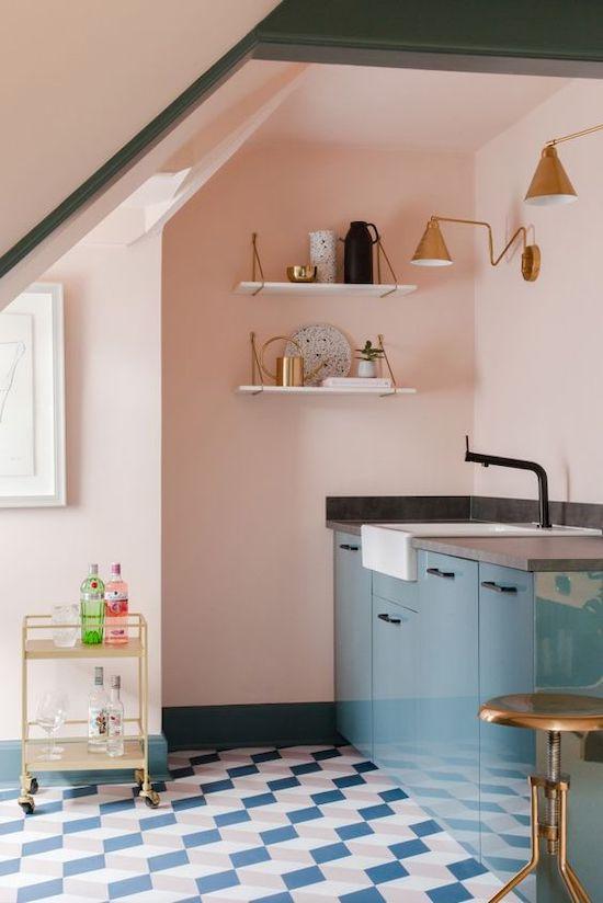 amenajare perete roz in bucatarie