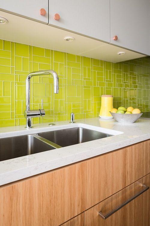 mobila de bucatarie perete de sticla verde deasupra blatului de bucatarie