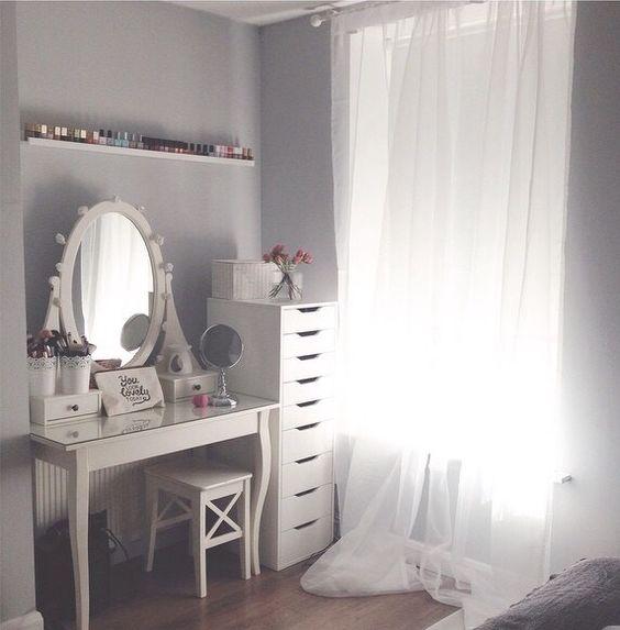 masa de toaleta clasica alba in dormitor masuta toaleta cu oglinda