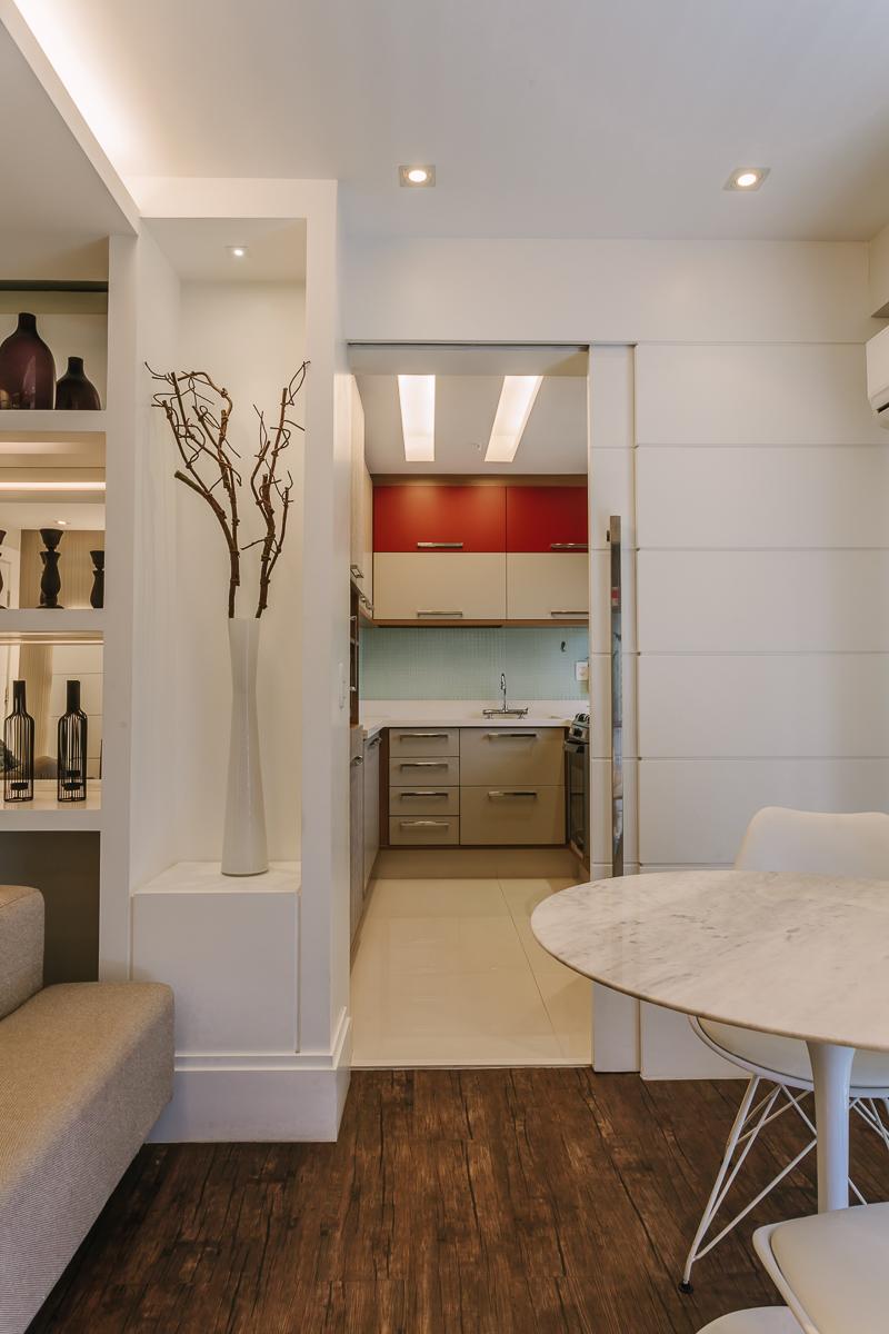 amenajare apartament parchet negru bucatarie despartita de sufragerie