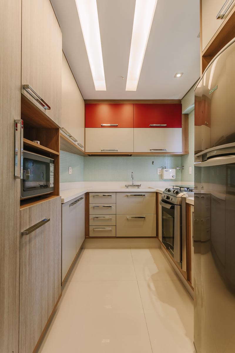 amenajare bucatarie gresie alba mobila de bucatarie iluminare tavan