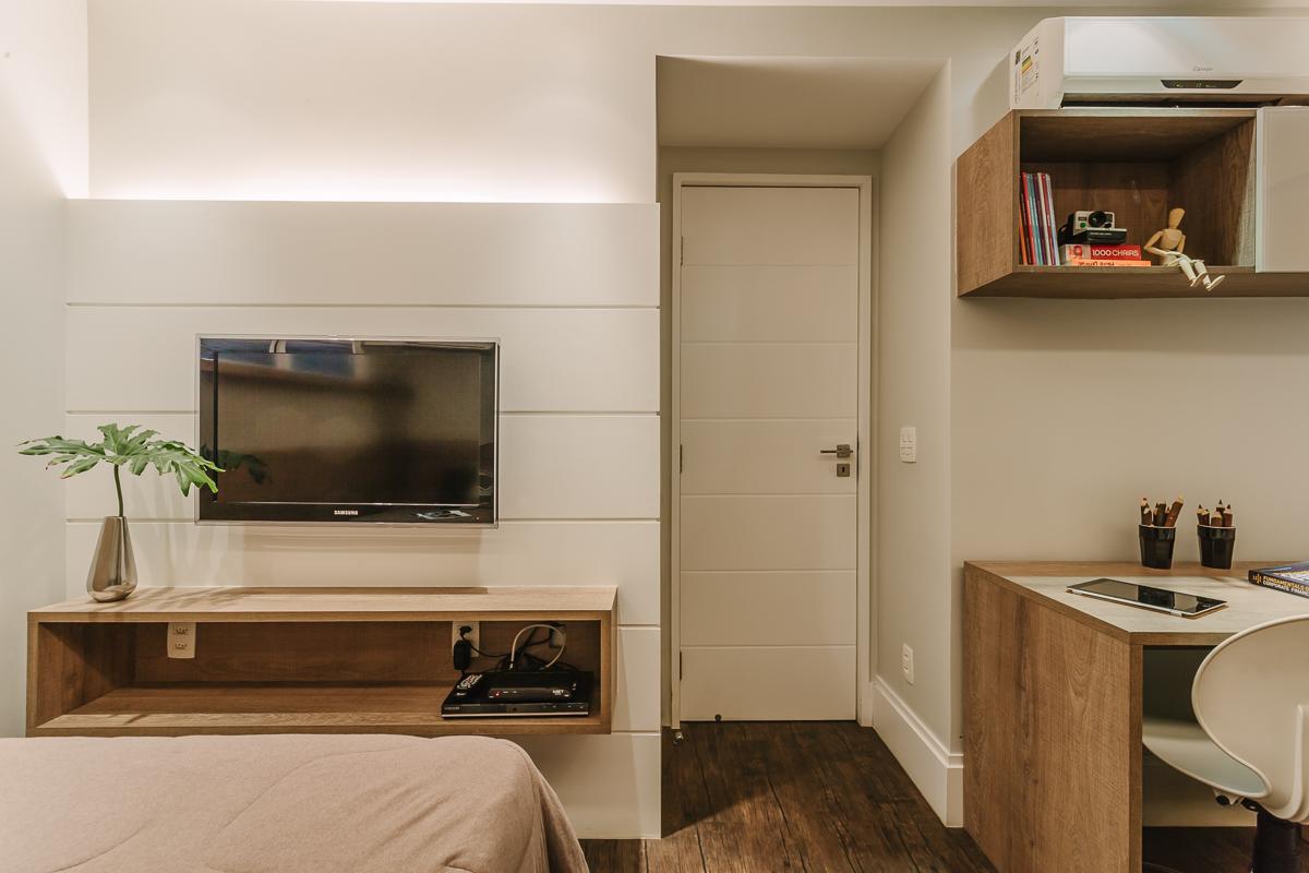 amenajare dormitor mobila dormitor perete alb lemn mobilier
