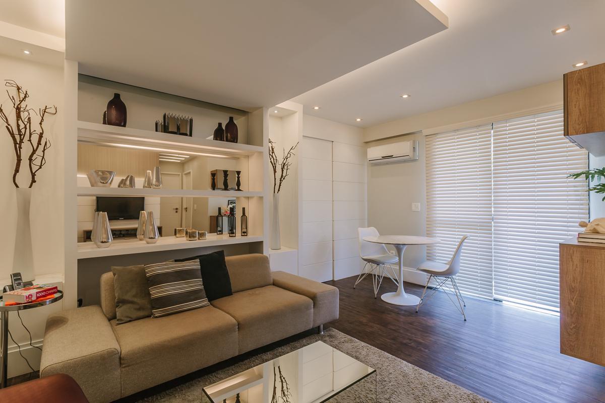 living modern apartament canapea gri moderna etajere living