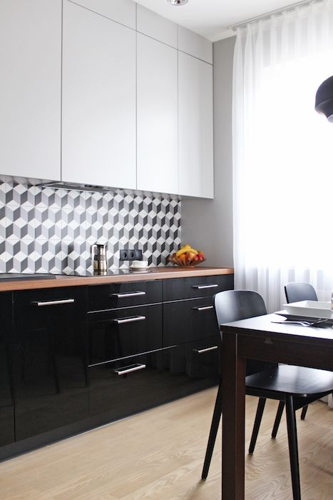 mobila bucatarie alb negru blat maro modern parchet in bucatarie