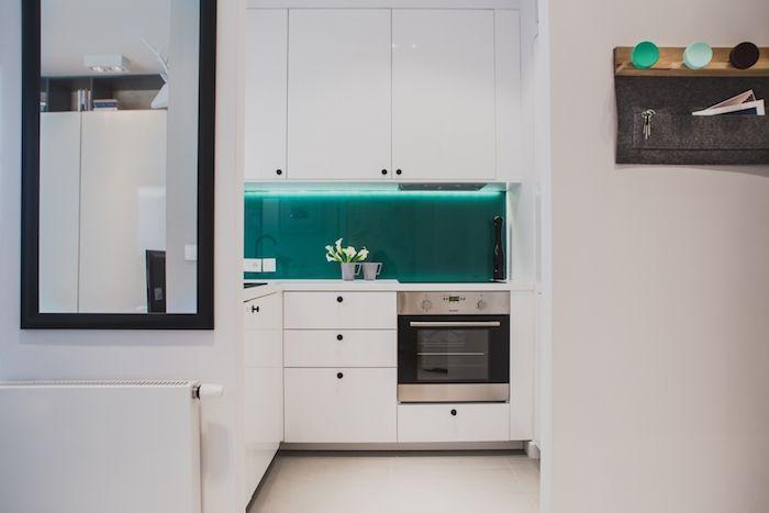 mobila bucatarie alba perete sticla verde bucatarie alba moderna garsoniera
