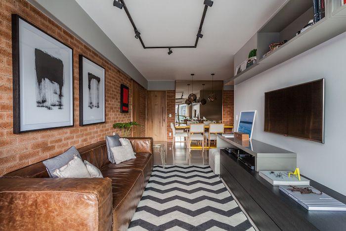amenajare apartament trei camere modern canapea maro din piele tapet caramida