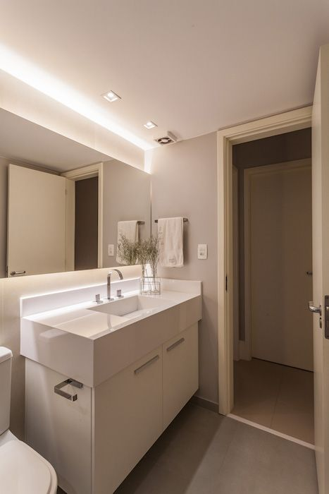 amenajare baie moderna cu mobilier lavoar alb oglinda mare cu led