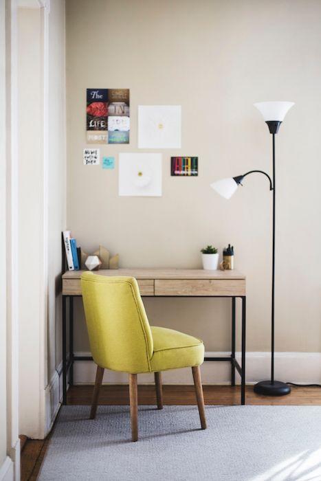 amenajare birou acasa pe hol masa birou mica scaun galben