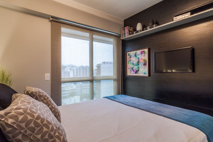 amenajari interioare dormitor cu balcon modern perete negru cu tv