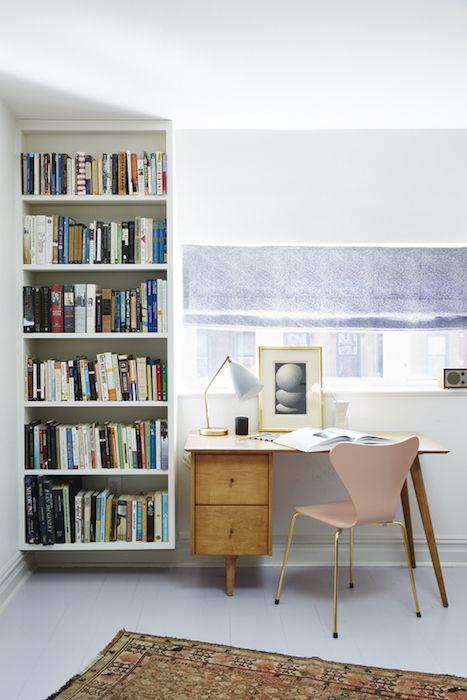 cum sa amenajzi birou acasa mic mobilier birou clasic rafturi