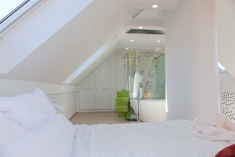 amenajare dormitor cu baie in mansarda