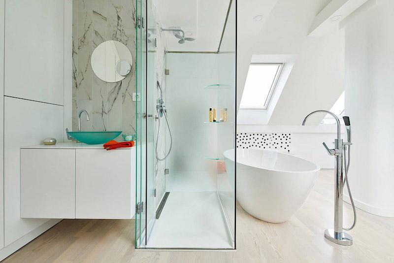 baie moderna cada libera dus cu perete din sticla