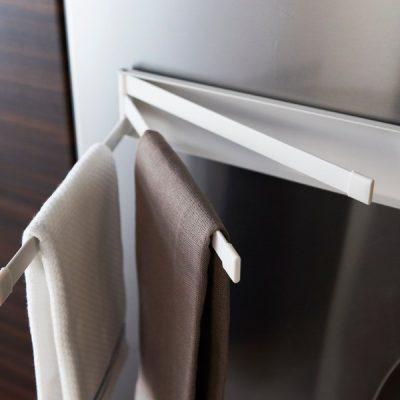 Cuier magnetic pentru prosoape de bucătărie Yamazaki Tower, alb