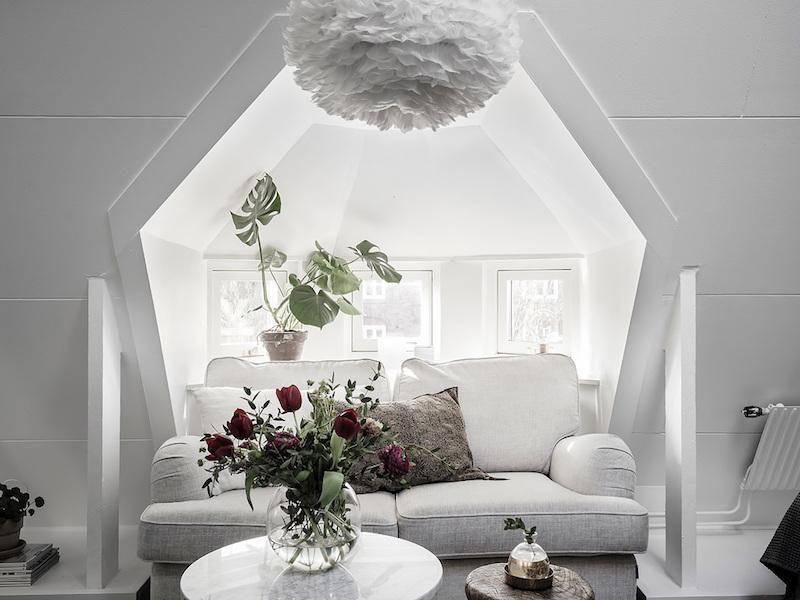 amenajare garsoniera moderna mica canapea mobilier mansarda