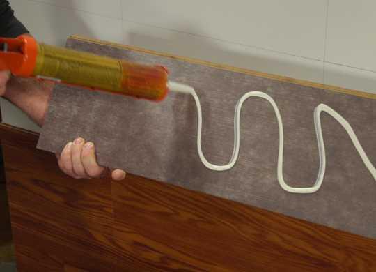 montare Parchet laminat pe perete cu adeziv