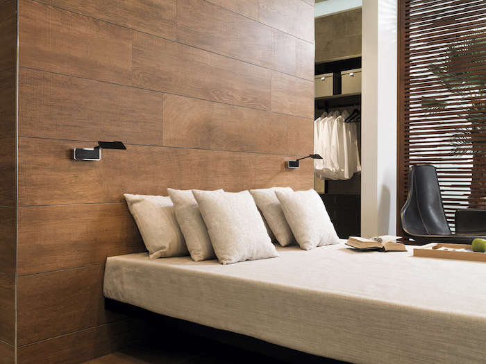 parchet laminat pe perete dormitor modern