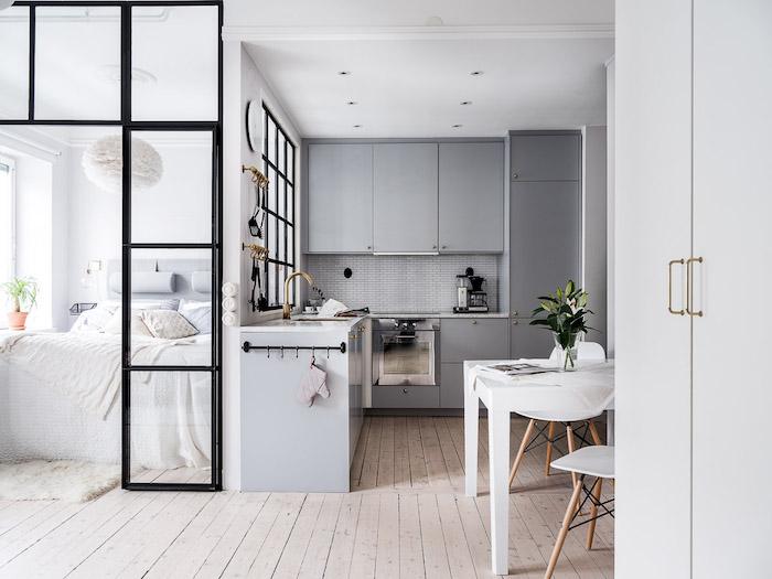 Gri, accente aurii și dormitor amenajata lângă bucătărie într-o garsonieră de 37 m² 1