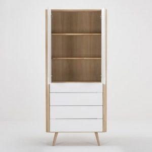 Vitrină cu construcție solidă din lemn de stejar cu 4 sertare Gazzda Ena, 90 cm h