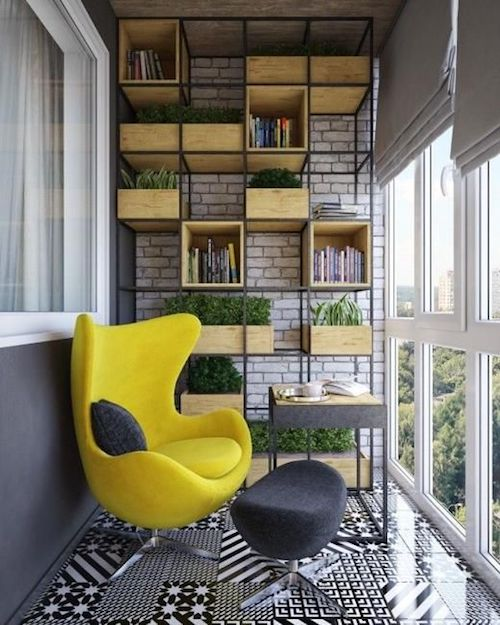 amenajare balcon inchis cu fotoliu si rafturi