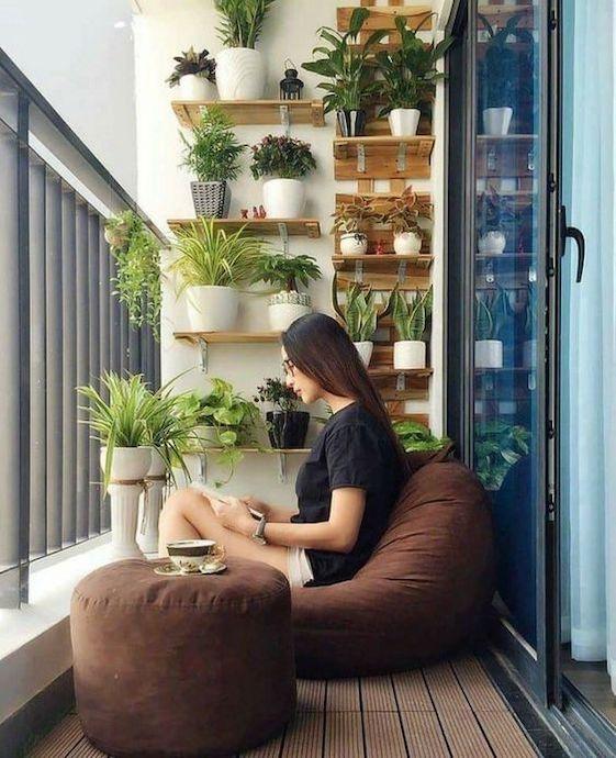 idei amenajare balcon taburet si puf