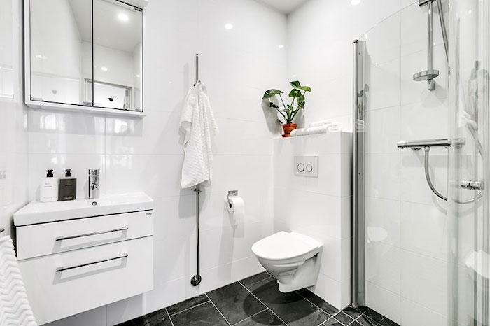 amenajare baie moderna in alb