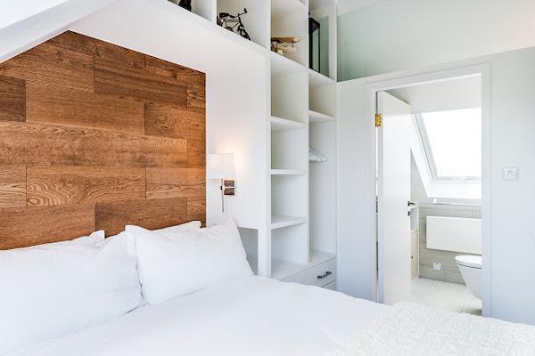 idee amenajare dormitor la mansarda cu baie