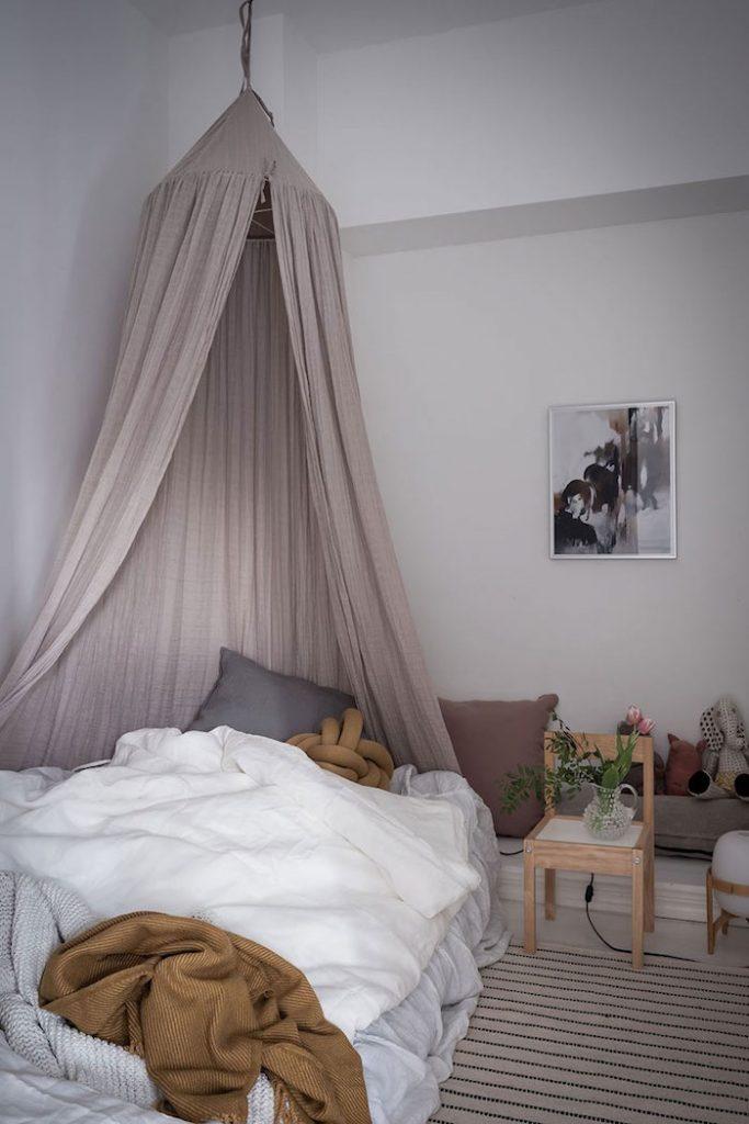 amenajare dormitor in stil scandinav cu mobilier in stil scandinav si piese din mobilier