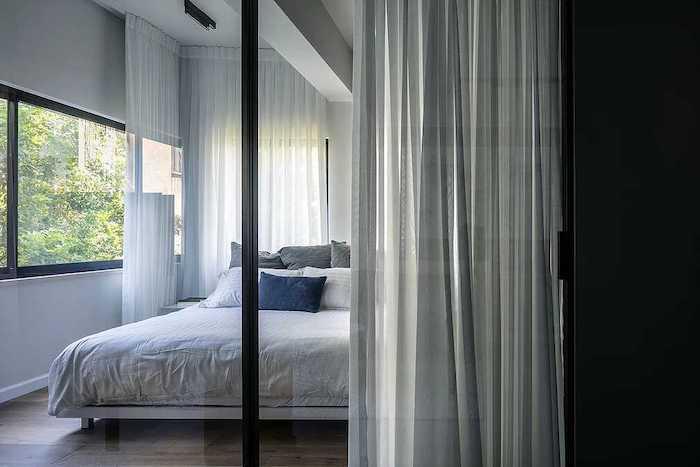 dormitor cu usa din sticla in garsoniera
