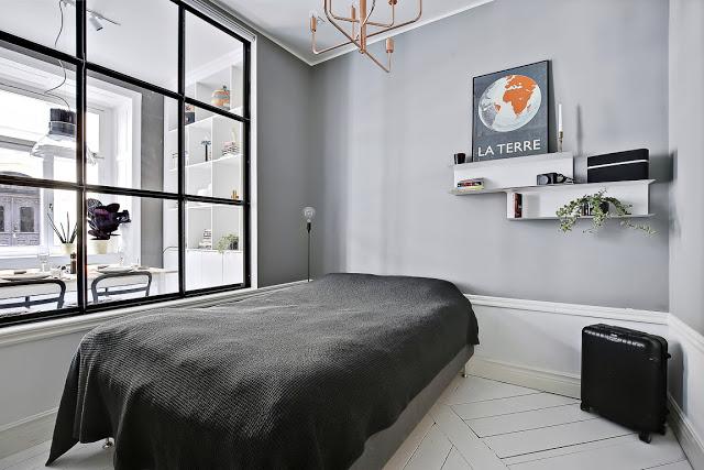 idee amenajare dormitor in garsoniera, perete din sticla