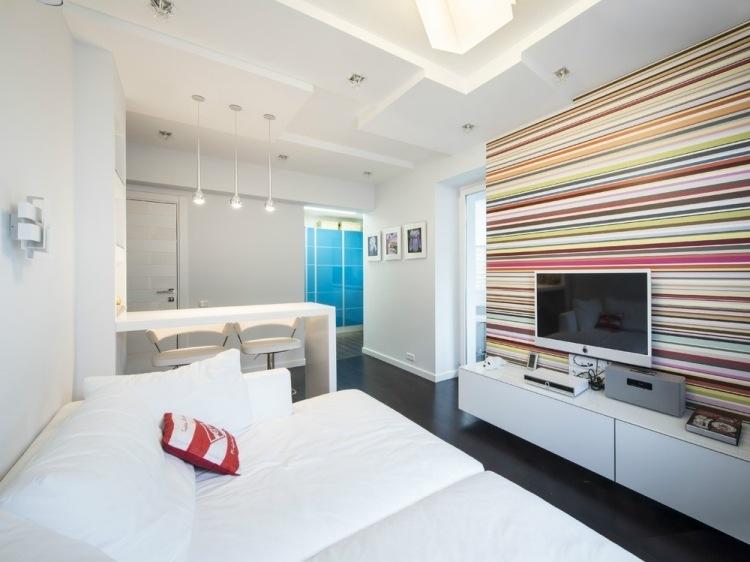idee amenajare living in alb cu perete in mai multe culori