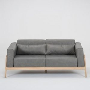 Canapea din piele bovina cu structura din lemn masiv de stejar Gazzda Fawn, gri inchis