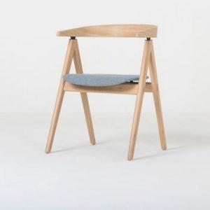 Scaun din lemn masiv de stejar şi perna albastru - gri Gazzda Ava