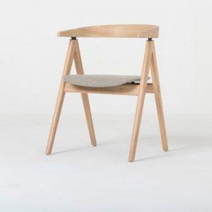 Scaun din lemn masiv de stejar şi perna din piele bovina neagra Gazzda Ava