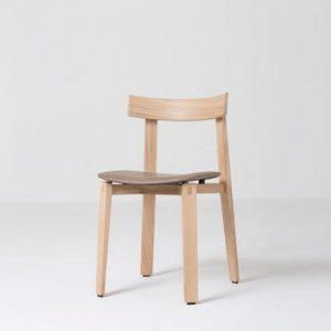 Scaun din lemn masiv de stejar şi perna din piele de bivol maro Gazzda Nora